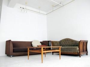 家に備えつけ、日常使用する道具類、例えば、たんす・机・いすなどが家具