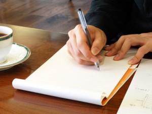 できればテーブルや机などの台があると書き物がしやすくなります。地べたで書き物はしにくいものです。