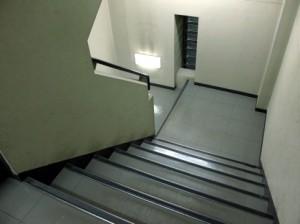 引越し先(新居)が3階以上でエレベーター無しの場合、追加作業員が必要
