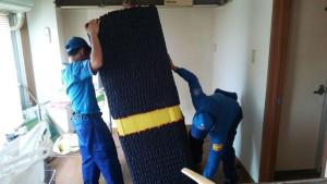 引越し業者の家具梱包の様子。引越しで移動する家具、家電は専用の梱包資材で完全に梱包される