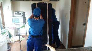 持ちやすいように、また、梱包資材と家具、家電のずれを防ぐためにロープを掛けて梱包完了