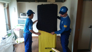 冷蔵庫ならドアの面、食器棚なら扉の面など、衝撃や圧力に弱い部分に板を当てます